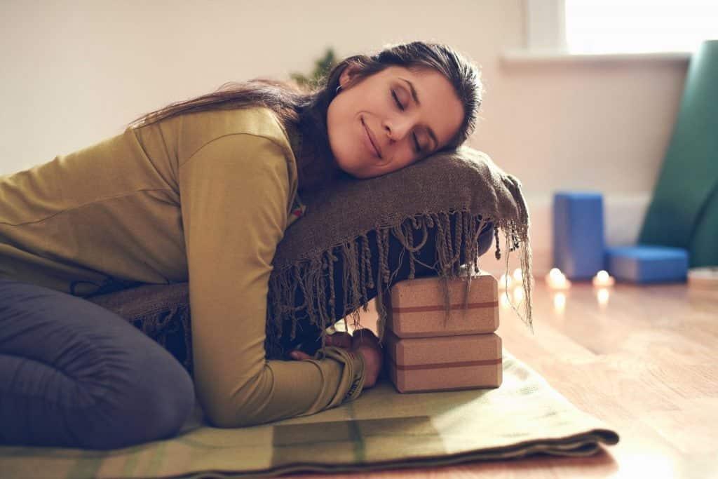 Ce este restorative yoga si cum te ajuta aceasta practica iarna?